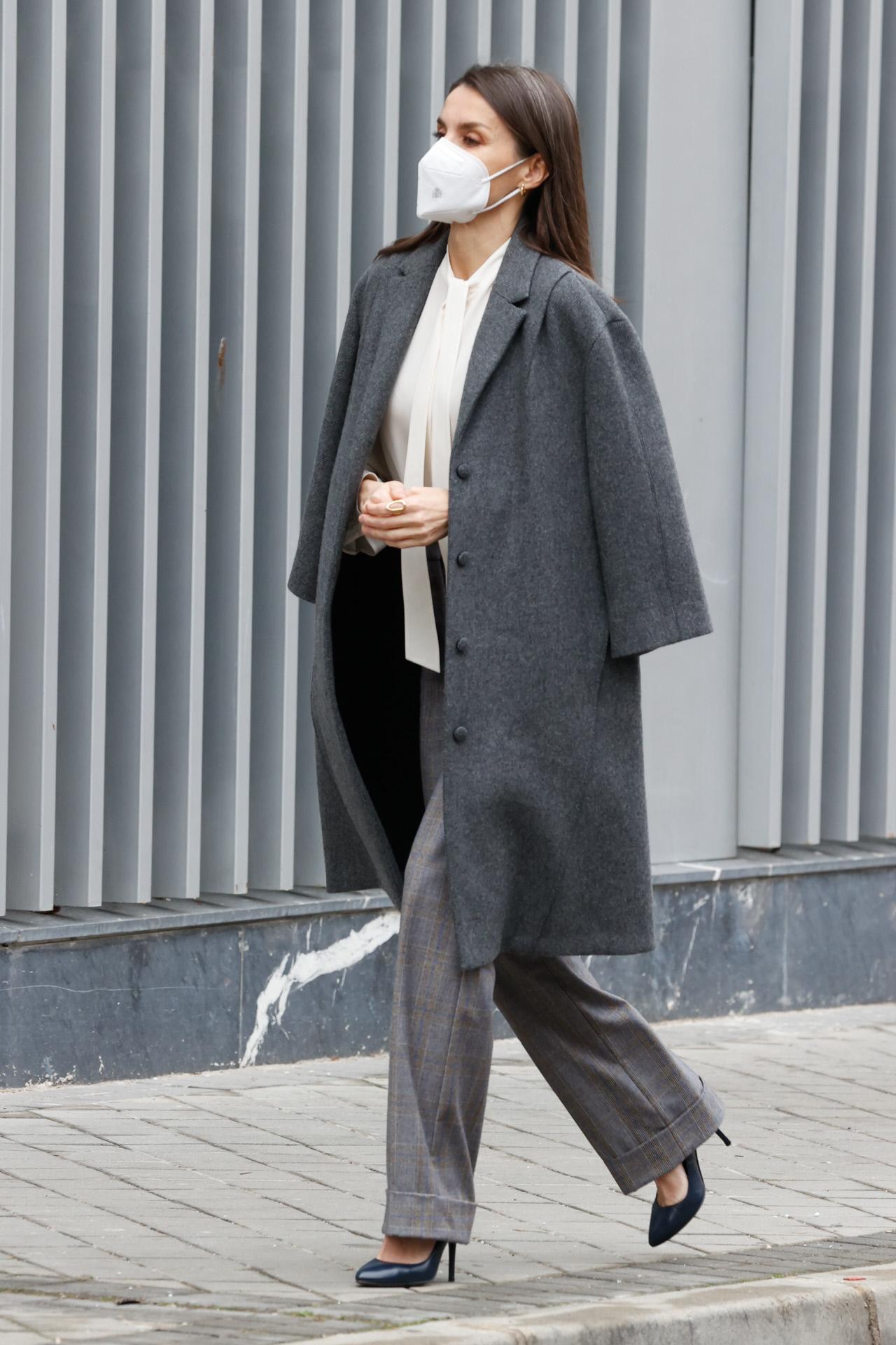 Doña Letizia con un sofisticado look con abrigo de Nina Ricci y pantalones de Massimo Dutti.