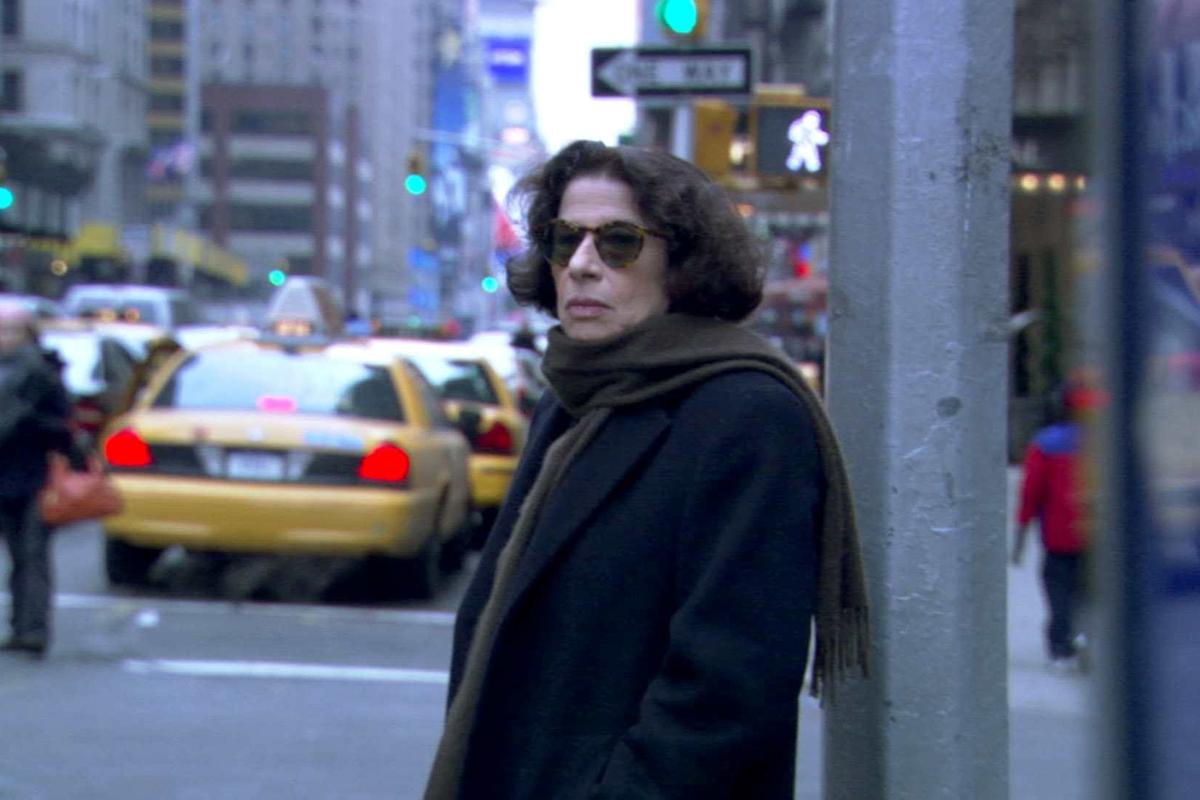 """Fran Lewobitz en las calles de Nueva York en """"Supongamos que Nueva York es una ciudad"""", de Netflix."""