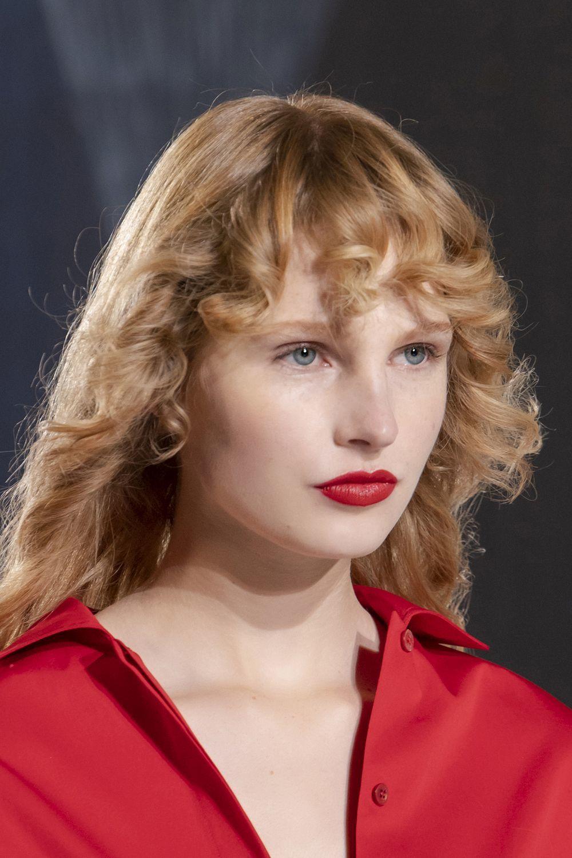 Las modelos de Hermès lucieron cortes degradados sobre melenas rizadas super inspiradoras y llenas de movimiento con labios rojos mate. Pura inspiración para la próxima primavera verano 2021.
