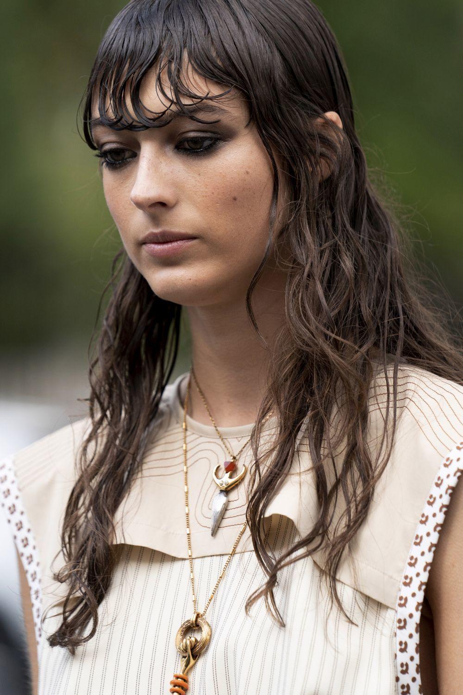Incluso con peinados efecto mojado, los cortes degradados con flequillo y pelo largo han sido protagonistas en el street style de la semana de la moda de París de cara a la próxima primavera-verano 2021.