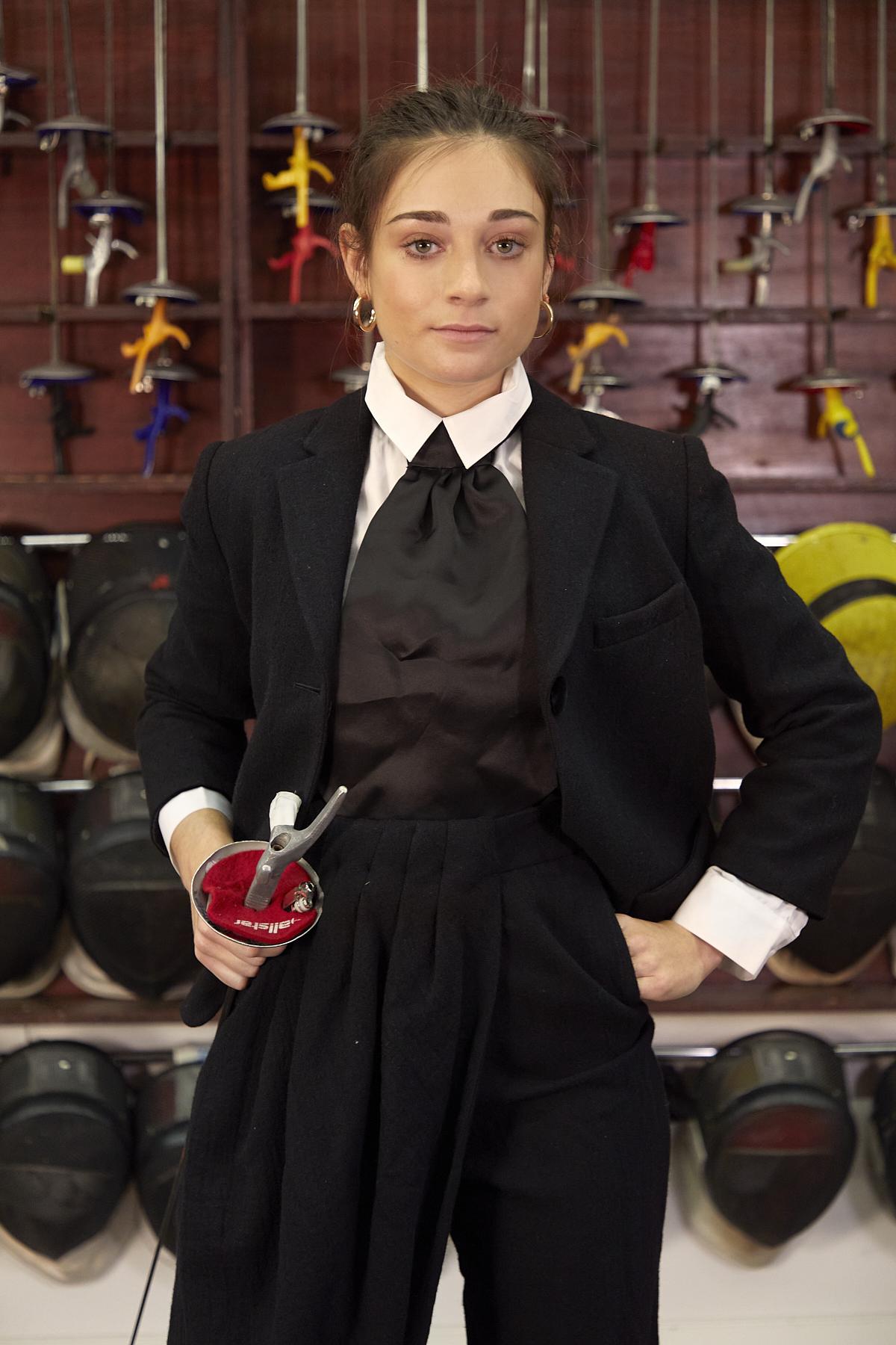 Teresa viste chaqueta, corbata y pantalón de EMPORIO ARMANI  y camisa blanca de SCALPERS. Durante la entrevista, lleva mono de Scalpers y zapatillas Veja.