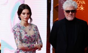 Penélope Cruz y Pedro Almodóvar en los Premios Goya 2020.