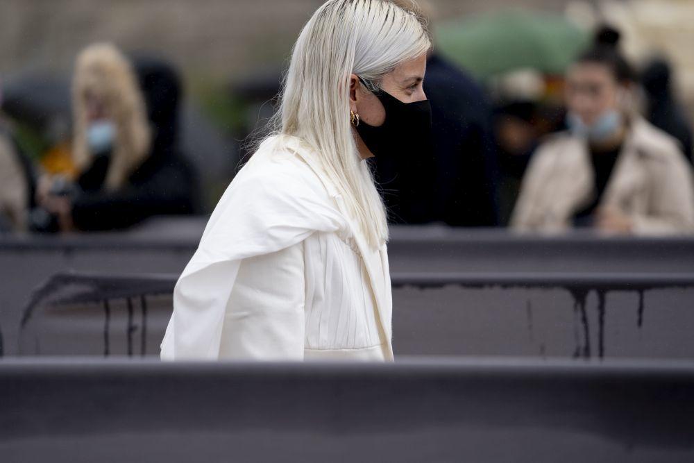 Las canas y el pelo blanco largo cada vez se impone más en los looks de street style.
