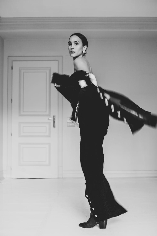 Megan Montaner lleva traje de tweed y botas, todo de Chanel.