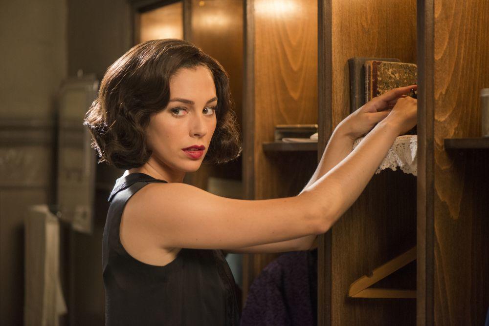 Lidia Aguilar (Blanca Suárez) con una melena retro ondulada y a todo volumen en Las Chicas del Cable.