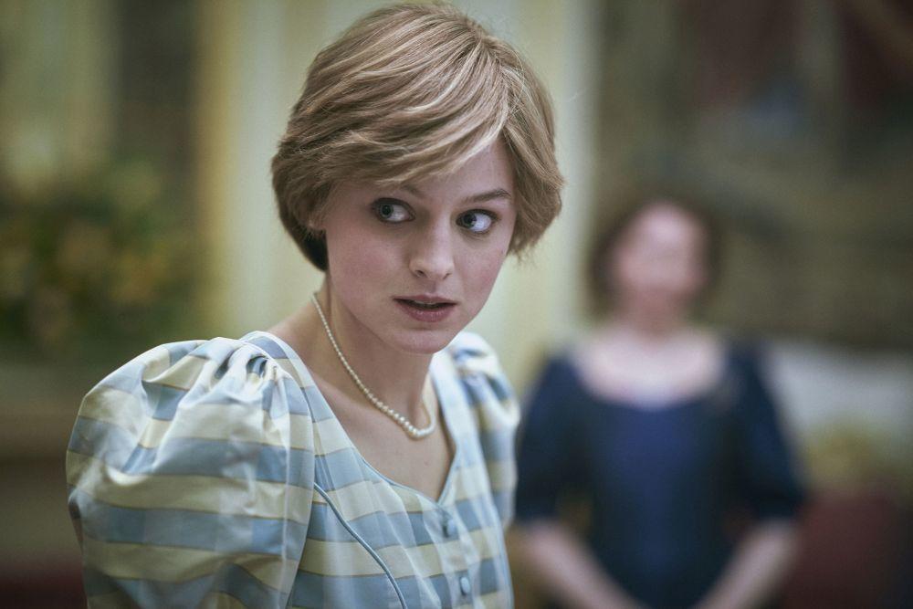 Emma Corrin como Lady Di con un corte bob muy corto y flequillo con capas en The Crown.