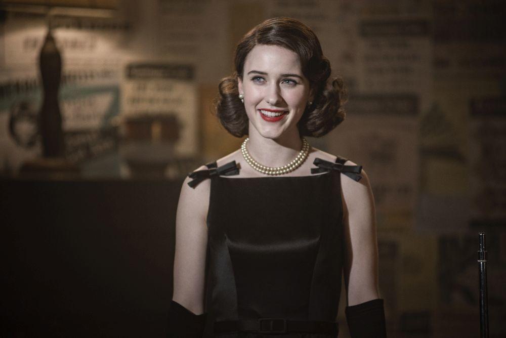 Miriam Midge Maisel (Rachel Brosnahan) con una melena retro con ondas marcadas años 50 y raya a un lado.