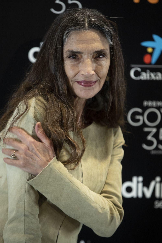 Ángela Molina con una base de maquillaje luminosa y unos labios rojo oscuro cremosos.