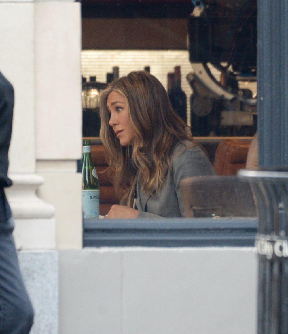 La actriz Jennifer Aniston en pleno rodaje con su melena con ondas suaves y mechas miel más claras que nos recuerdan a su icónico look Rachel.