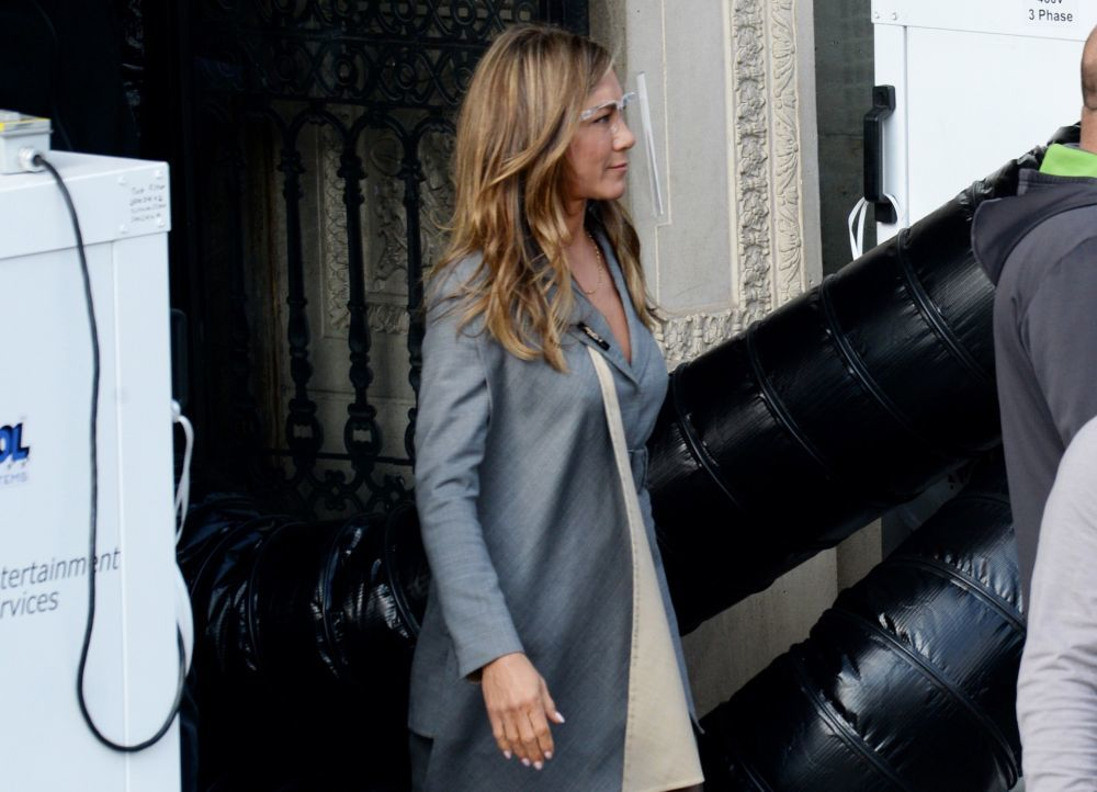Jennifer Aniston luciendo melena con mechas de tendencia de cara a la...