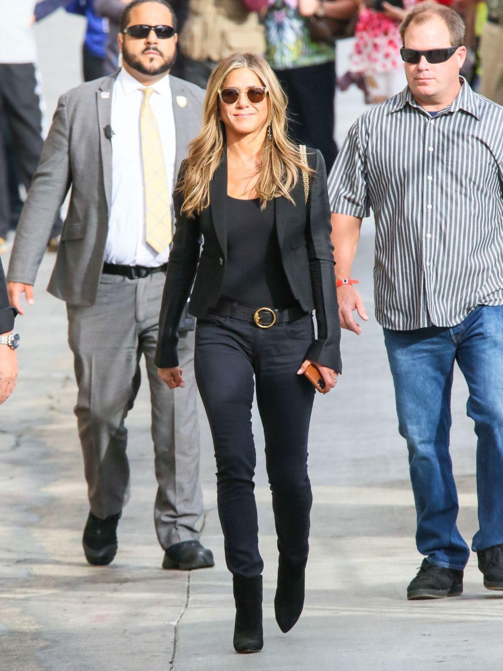 Jennifer Aniston con pitillos negros.