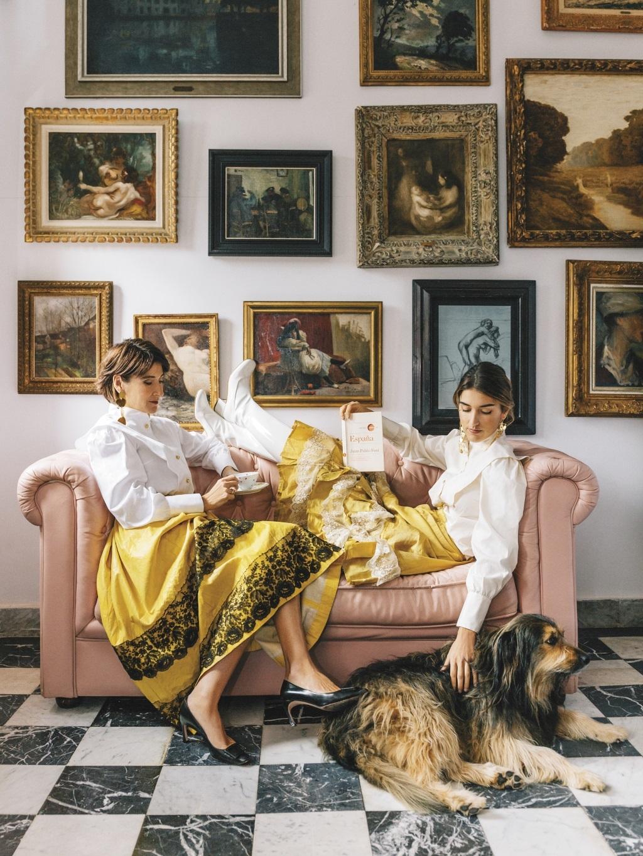 Margarita Ruyra y Valentina Suárez de Zuloaga en su casa de Zumaia