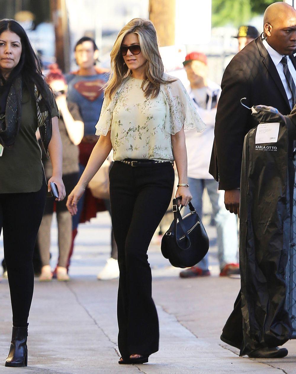 Jennifer Aniston con top y pantalones negros.