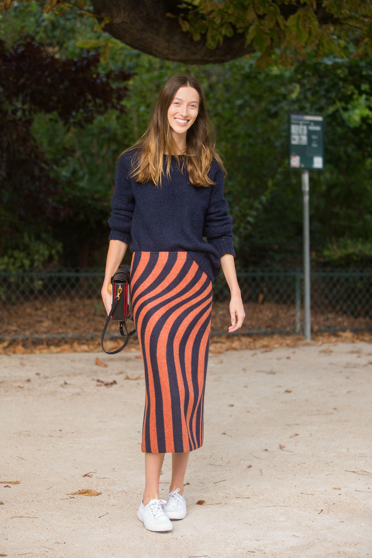 La falda midi en print es una opción imbatible.