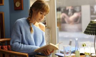 La actriz Marta Etura leyendo, en un fotograma de la película Sexo...