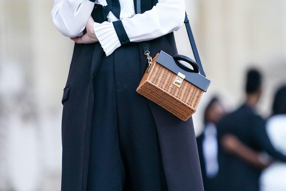 El bolso de mimbre.