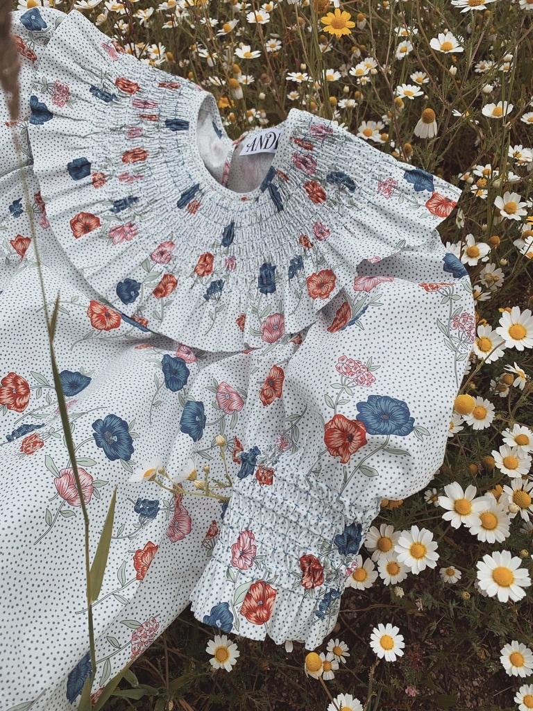 La blusa Clarice, con nido de abeja artesanal, es uno de sus best sellers.