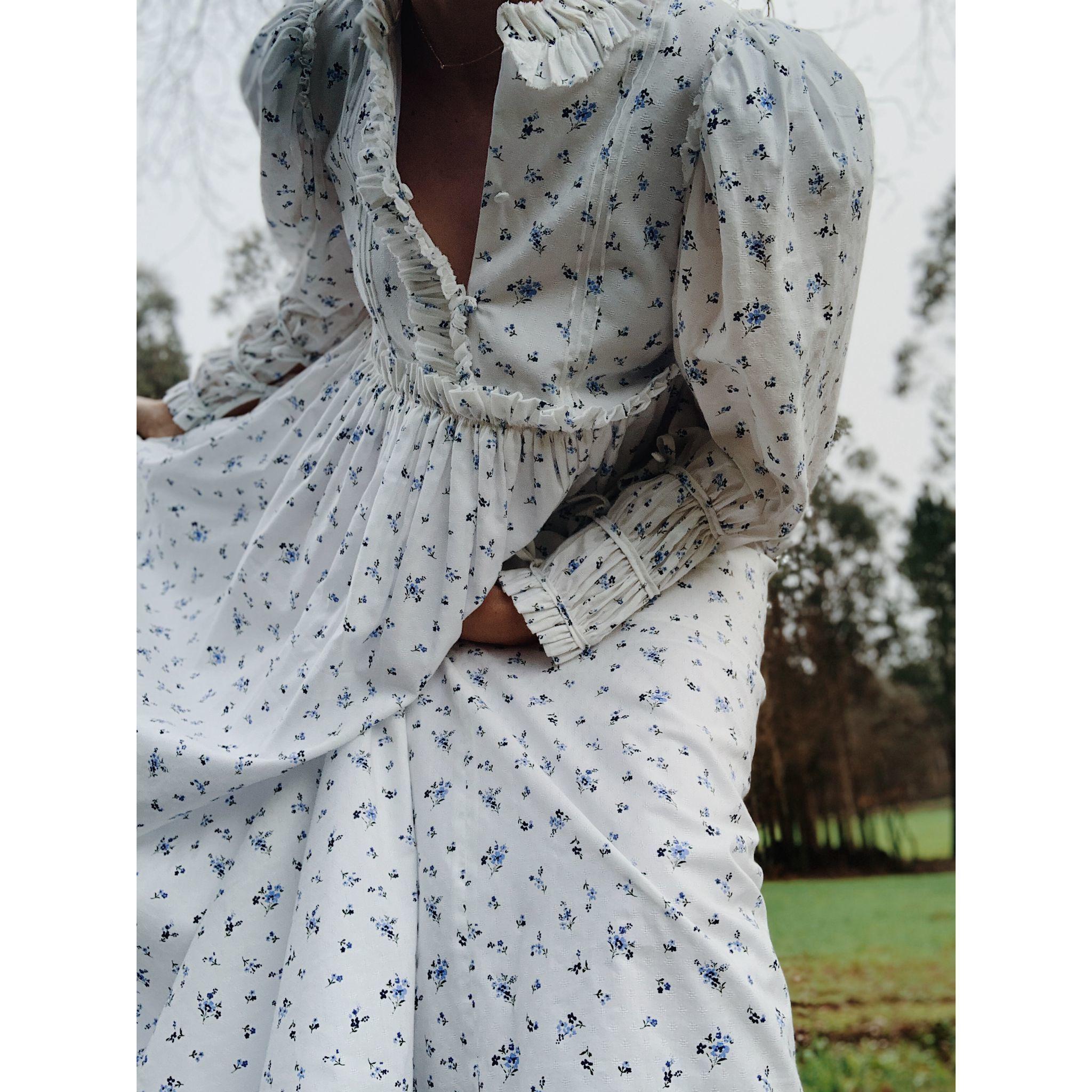 Vestido romántico con nido de abeja en los puños.