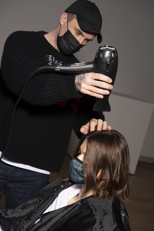 Anthony Turner rematando el peinado effortless del desfile de Victoria Beckham con herramientas de GHD.