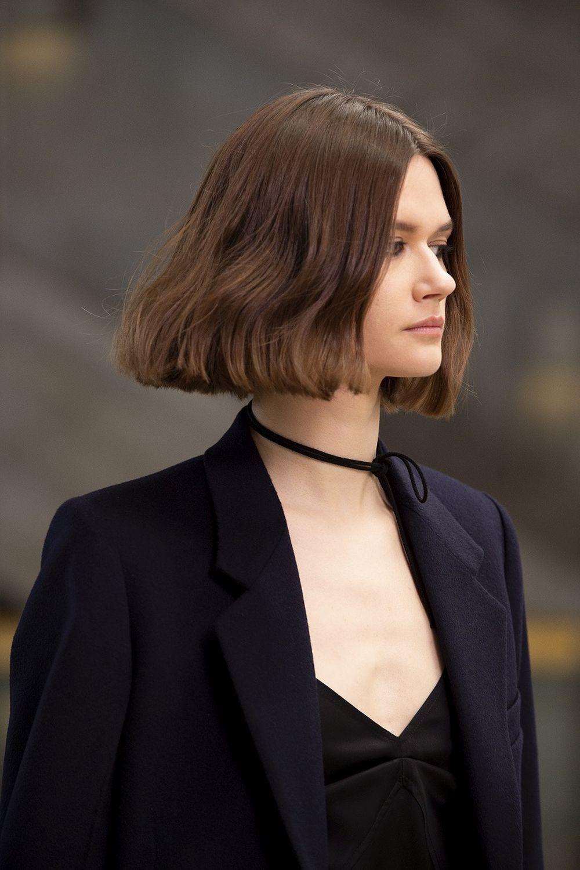Nos inspiran las medias melenas con aspecto desgastado y fresco del desfile de la diseñadora Victoria Beckham.