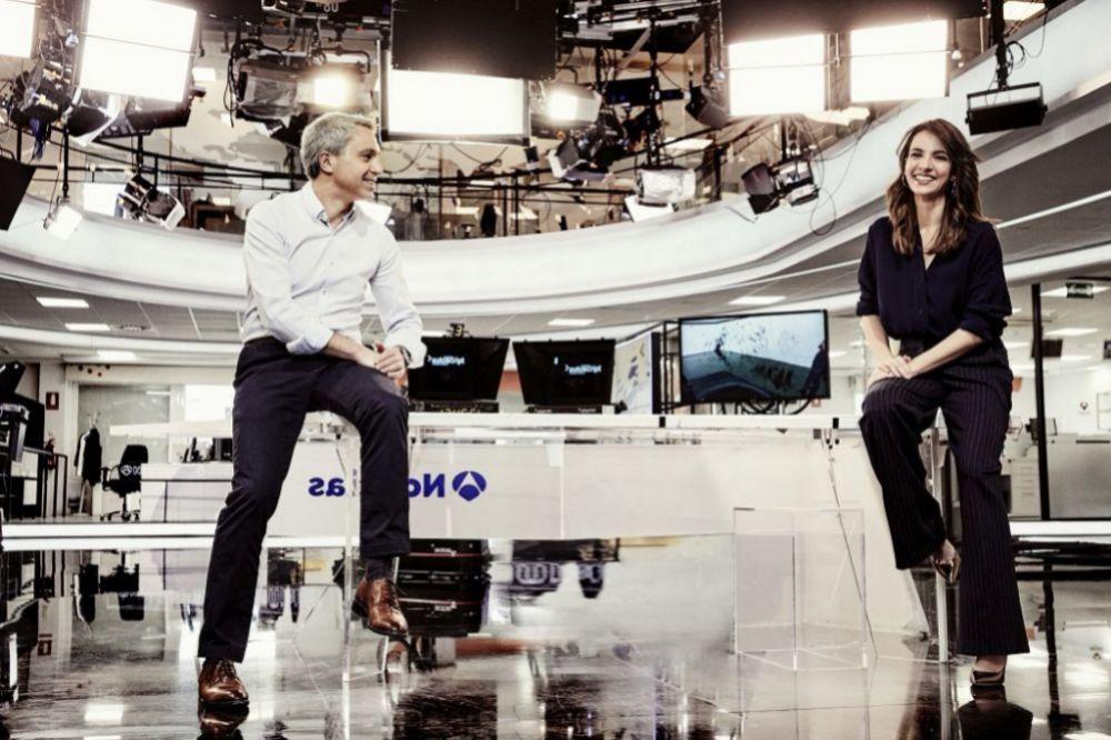 Vicente Valles y Esther Vaquero, en el plató de los Informativos de Antena 3 en Madrid. La periodista salmantina presenta desde 2017 junto a Vallés las Noticias 2. Foto: Toni Mateu.