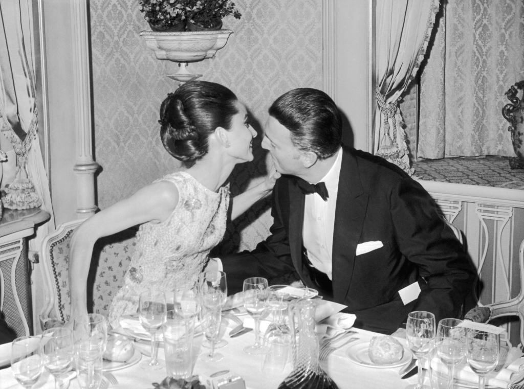 Hubert de Givenchy y su musa Audrey Hepburn.