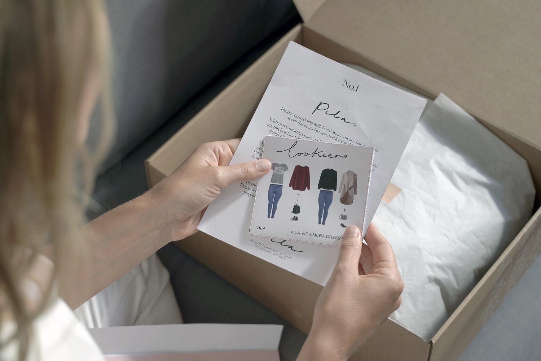 Junto a la caja con las 5 prendas irán tarjetones donde explican cómo y con qué combinar cada prenda.