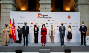 De izquierda a derecha, Olga Ruiz, directora de TELVA; Paula Farias,...