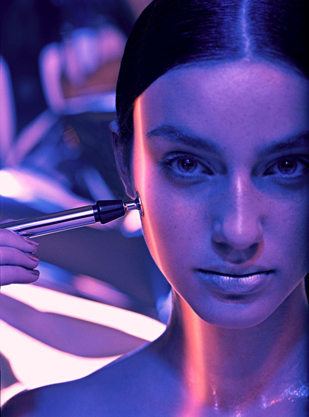 Con técnicas como el microneedling conseguimos que los principios activos con los que se trabaja, ralenticen el envejecimiento facial y más concretamente en la zona del contorno de ojos.