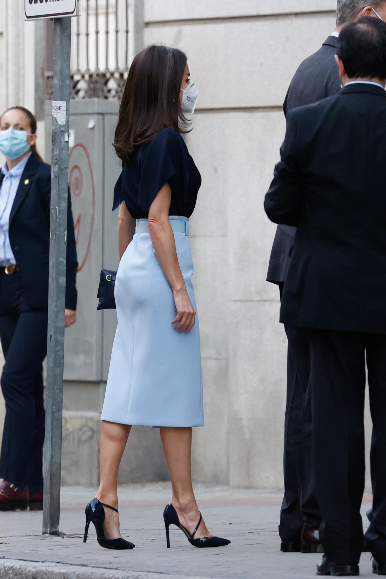 El look de la reina Letizia, con falda lápiz de Hugo Boss.