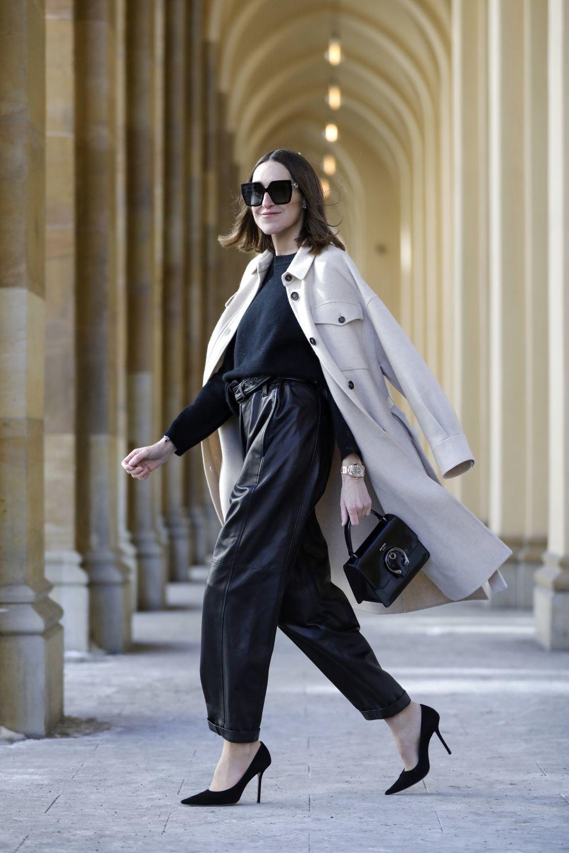La influencer Annette Weber con pantalones de cuero.