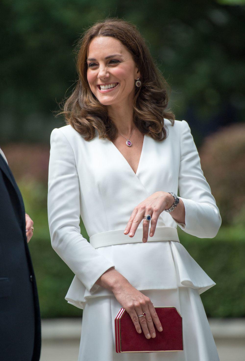 Kate Middleton elige siempre tonos beige y nude rosados para sus uñas.