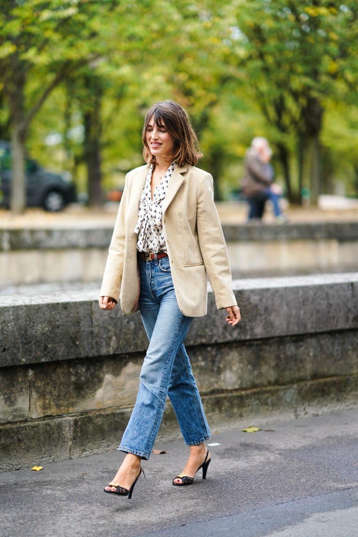 Jeanne Damas con blazer y blusa con lazada.