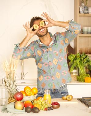 En su nuevo libro, anima a comer menos procesados y más verduras.