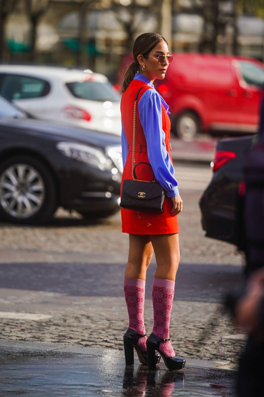 Look de street style con calcetines de Gucci.