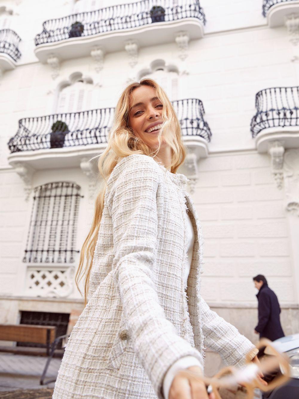 Abrigo y falda mini en tweed beige estilo 60s.