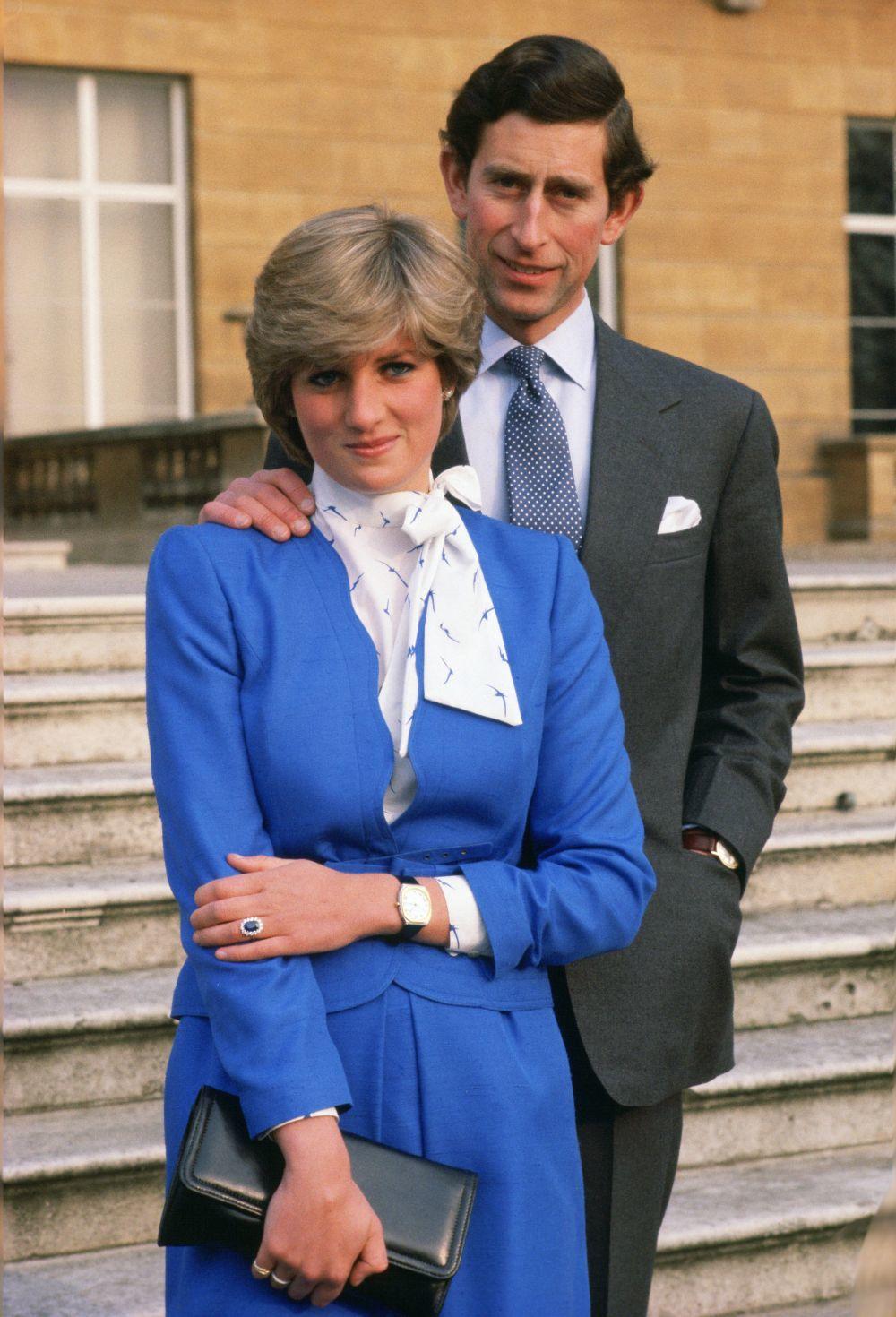 El príncipe Carlos y Diana de Gales el día que anunciaron su...