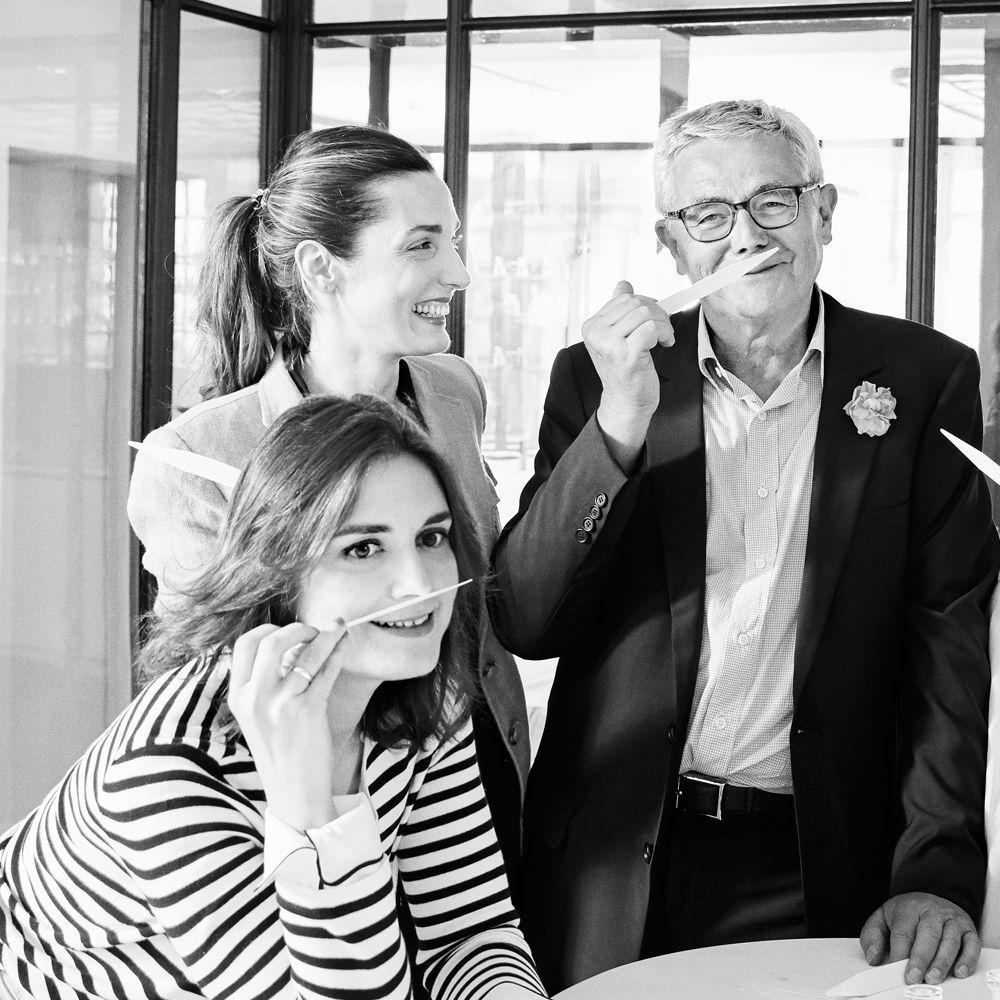 Paloma Sancho y Clara Sánchez de Ron, del equipo de belleza de TELVA junto a François Demachy, perfumista de Dior en su laboratorio de Grasse.