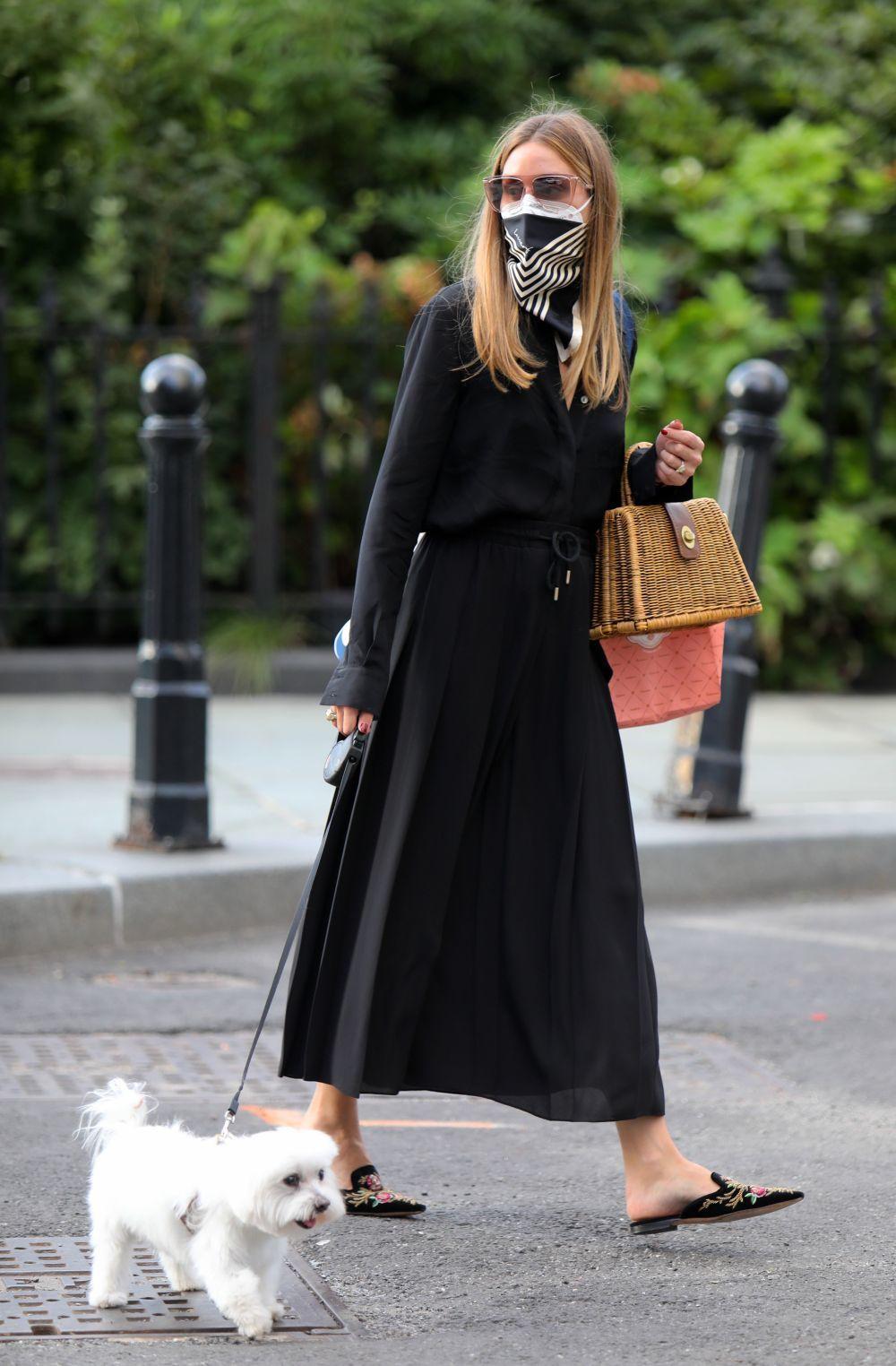 Olivia Palermo paseando a su perro.