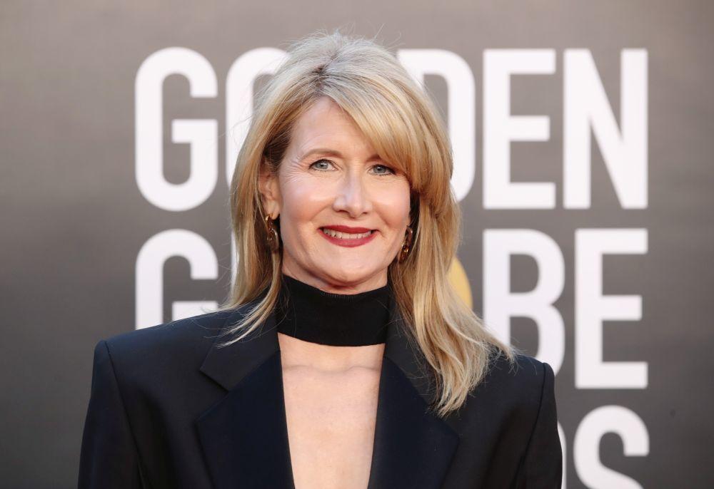 La melena cuadrada y el color rubio beige que ilumina el rostro se convierten en los protagonistas del look siempre acertado de Laura Dern a sus 54.