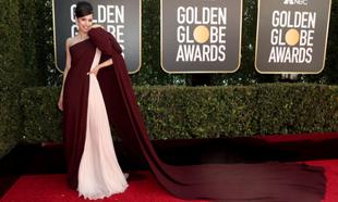 <strong>Sofia Carson</strong> con un impresionante vestido asimétrico...