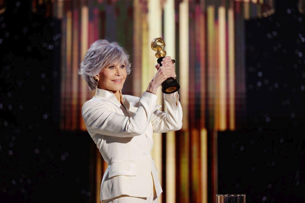 Jane Fonda rindiendo homenaje al pelo blanco con su corte swag recogiendo su premio en los Globos de Oro.