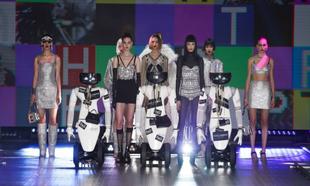 Final del desfile de Dolce & Gabbana, con tres robots customizados...