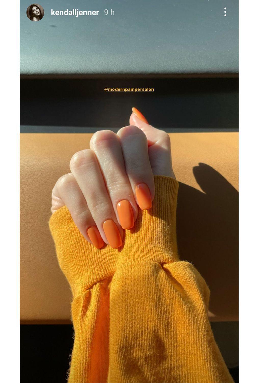 La manicura naranja que acaba de estrenar Kendall Jenner para anticiparse a la primavera 2021 en sus uñas.
