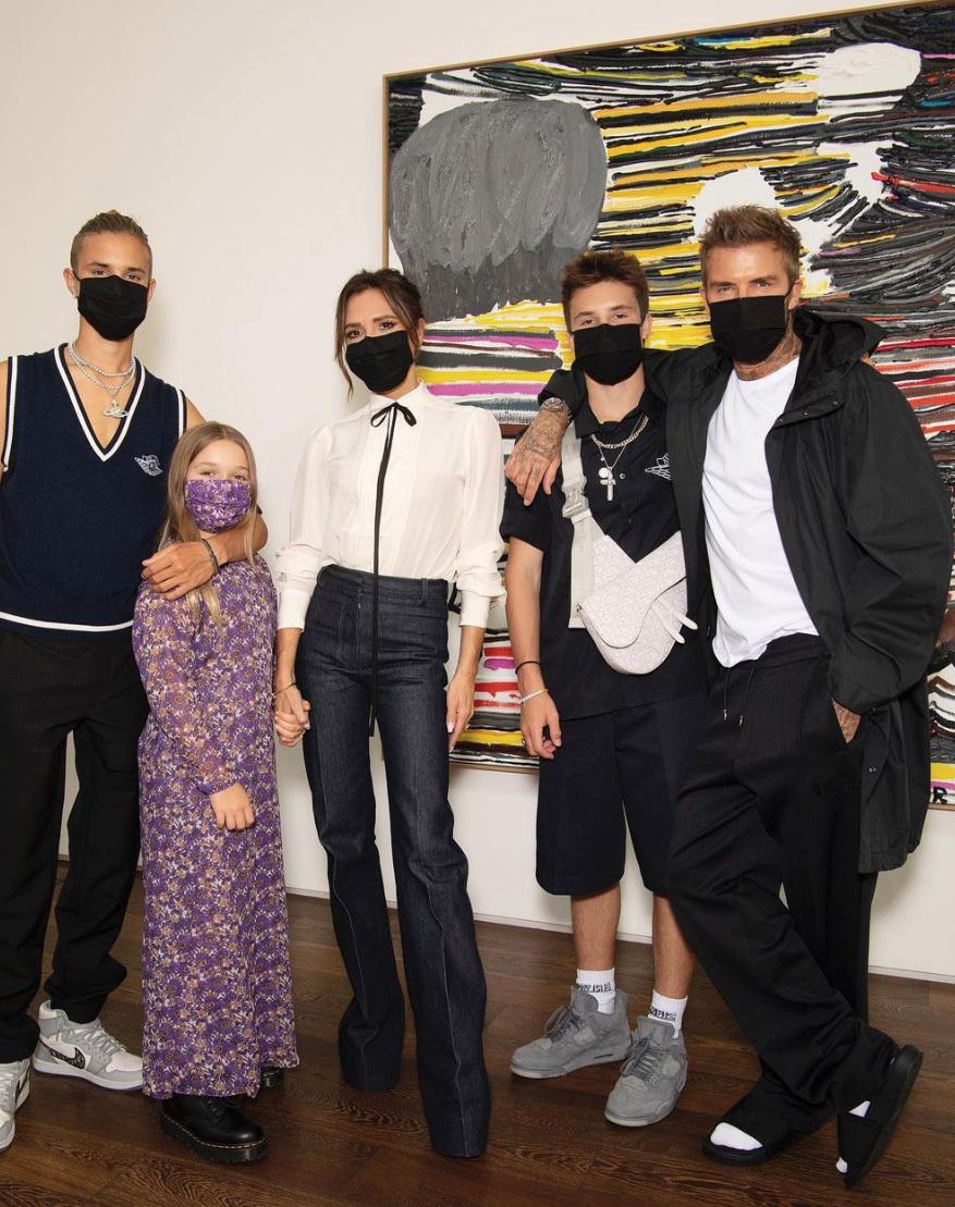 Victoria Beckham con los deseados vaqueros de su nueva colección.