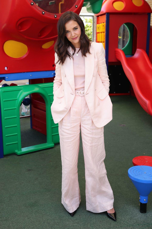 Katie Holmes con un sastre rosa.