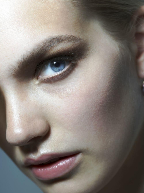 El contorno de ojos se extiende a toquecitos no en círculos porque podemos destacar más aún la ojera.