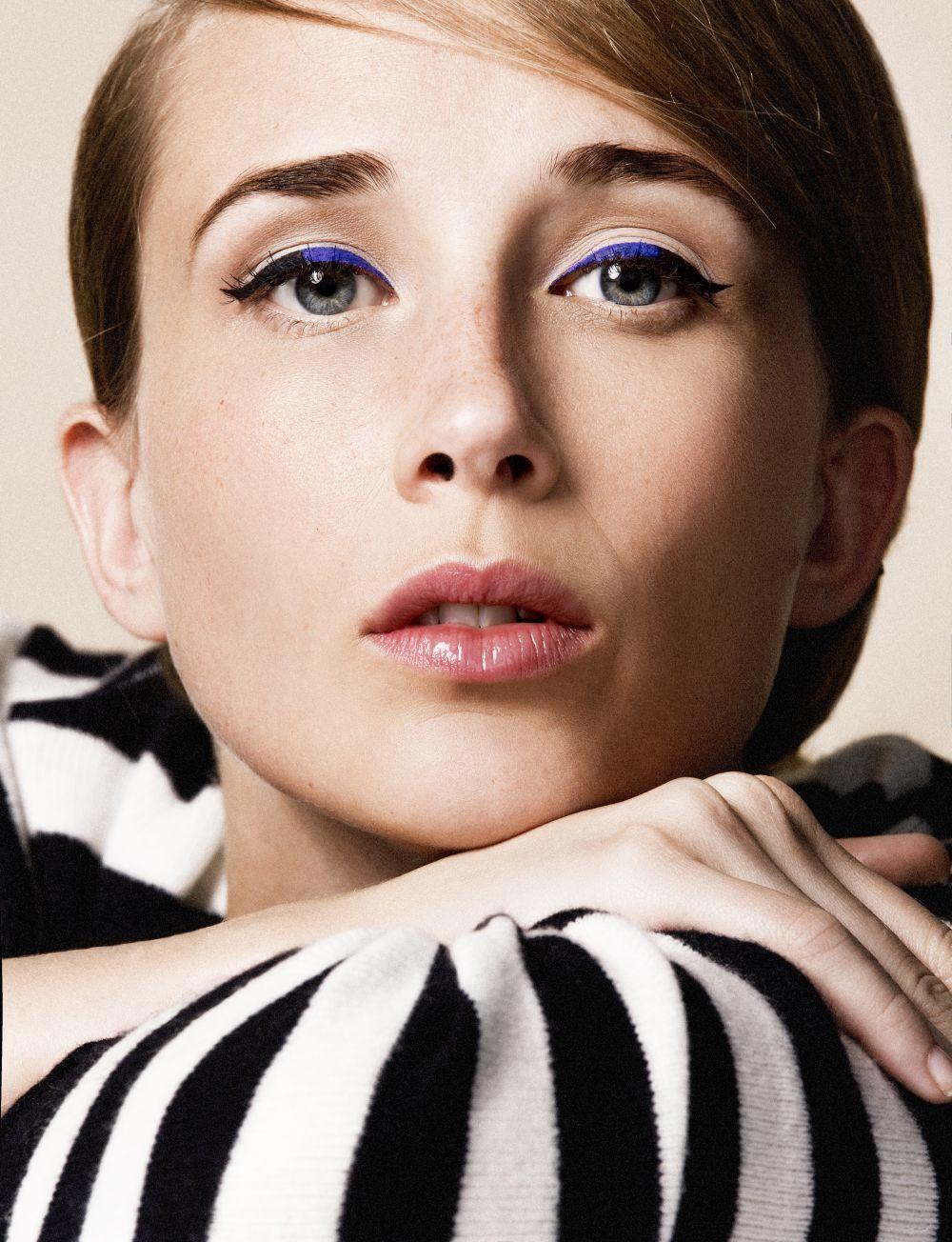 Ingrid Garcia Jonsson con doble eyeliner azul y negro en el párpado superior con máscara de pestañas.