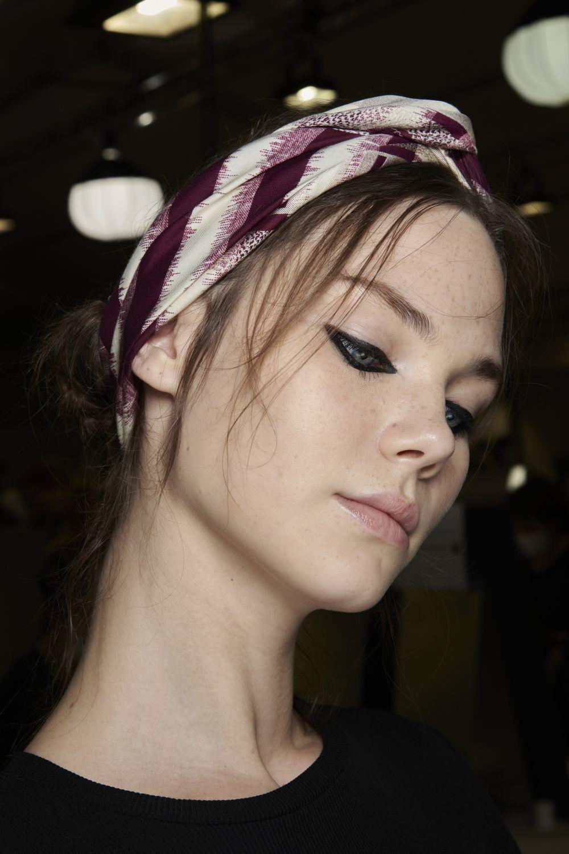 El eyeliner negro en ambos párpados y las líneas de agua es otra de las tendencias de la temporada de la mano de Dior.