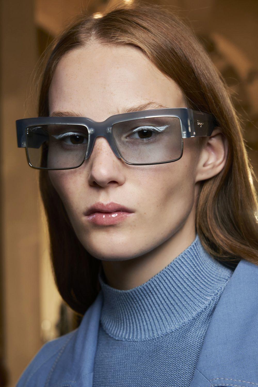 Destacando la mirada y en blanco con gafas, hemos visto el eyeliner así de inspirador y con el rabillo hacia arriba de la mano de Ferragamo.
